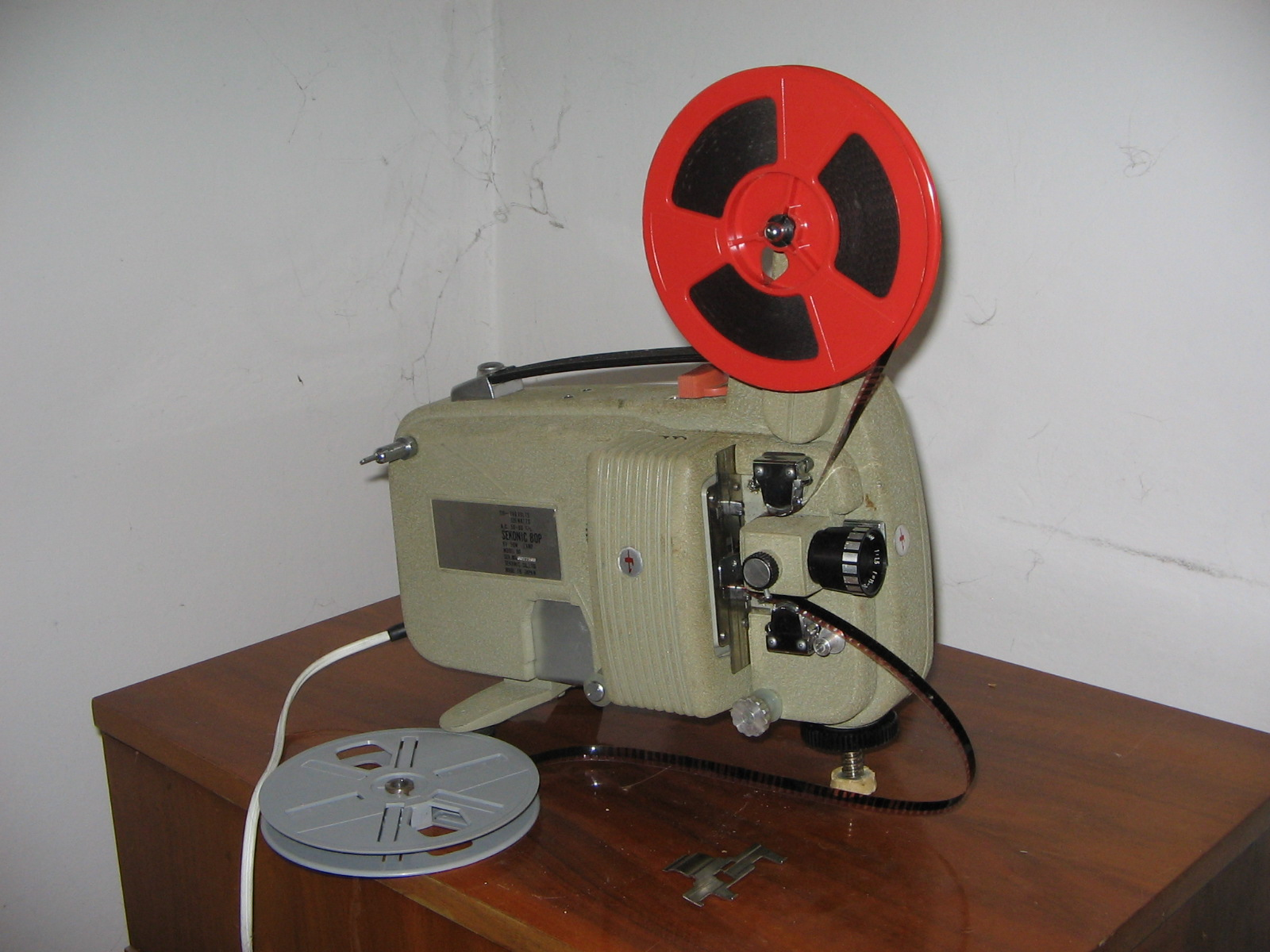 Starinski video projektor na 8\'\' trak